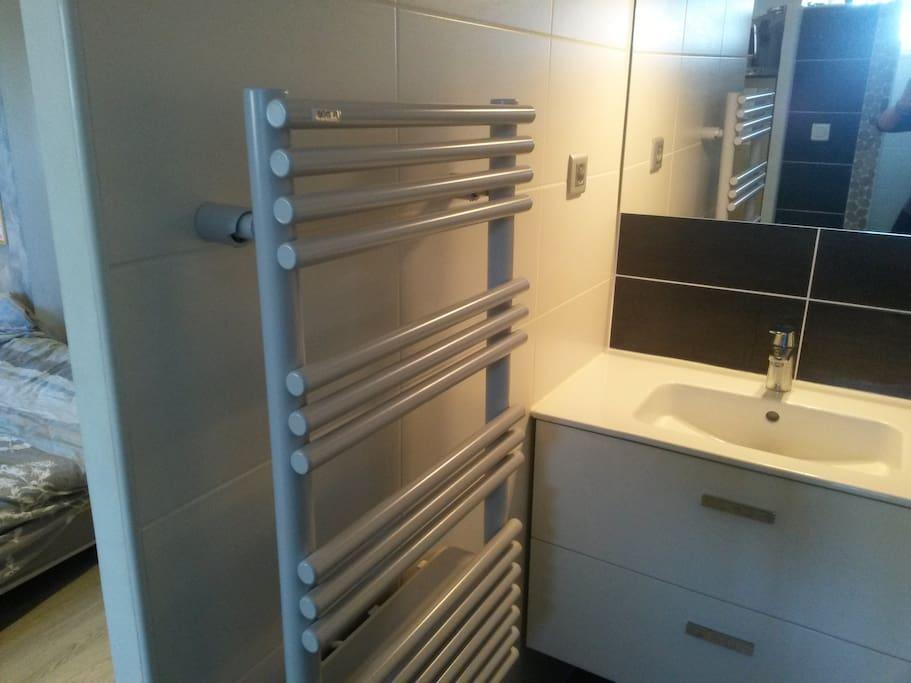 lavabo avec sèche serviettes