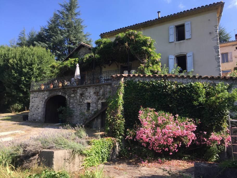 Vue de la maison principale depuis une des terrasses