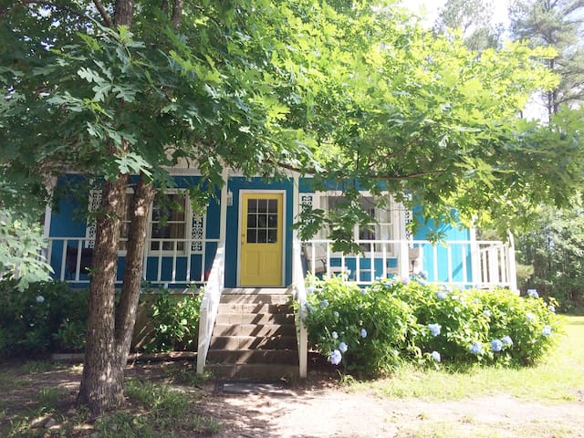 Charming country cottage 5 minutes from I-20!