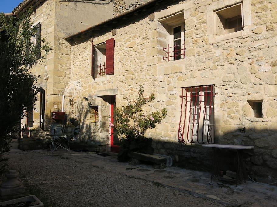 La façade sur le chemin de l'église