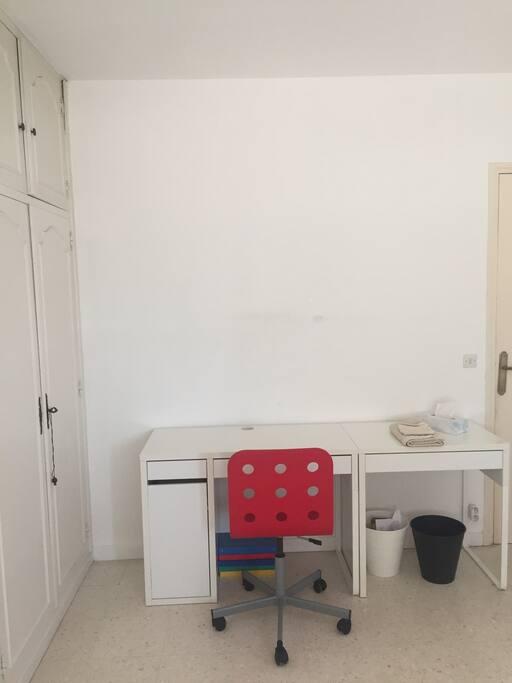 Le bureau permet au voyageur de s'installer et poser un ordinateur ou autre pour travailler si besoin.