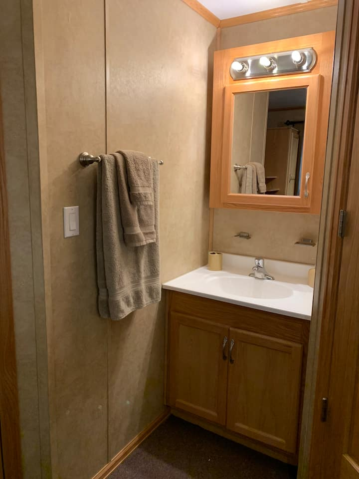 1800B - Quiet, clean 1 bedroom unit