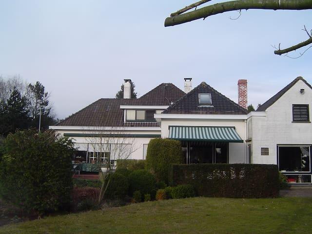 Villa broes proximit du centre chambres d 39 h tes for Bd du jardin botanique 50 bruxelles