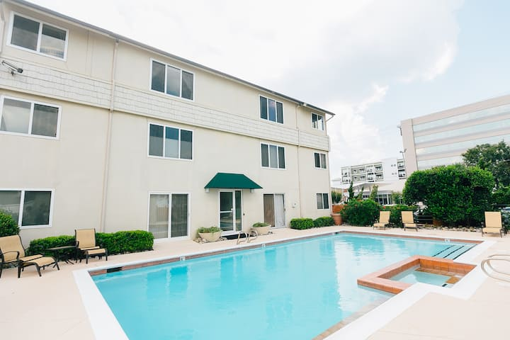 *POOL, LINENS AND PARKING, 1.5 Blocks From Ocean*
