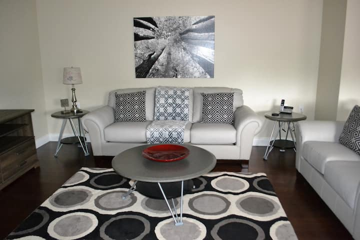 Stylish Fully Furnished 2 Bed Condo Close to DT