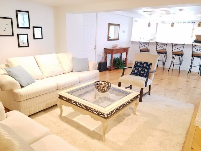 Spacious and Bright Sailboat Suite in Onset Beach