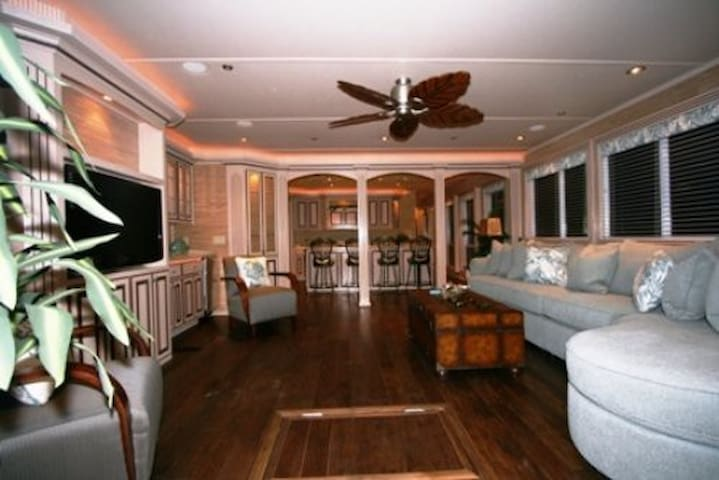 Roomy Houseboat - Tours & Overnight - Columbia SC - Irmo - Bateau