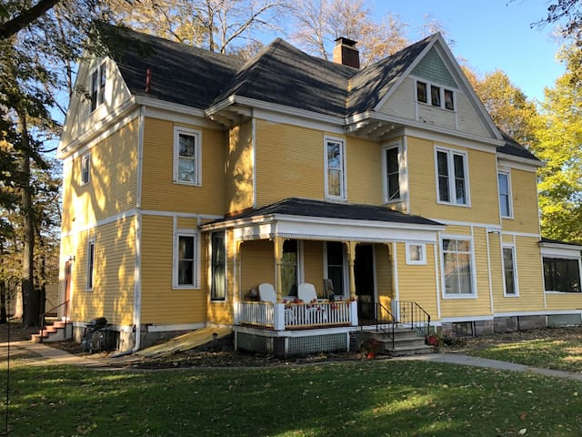 The Clausen House-Charming Vintage Home