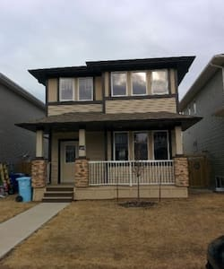 Cozy ensuite bedroom with parking - Fort McMurray - House