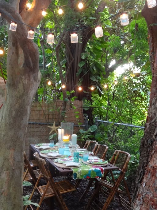 Everything included for tropical outdoor dining!