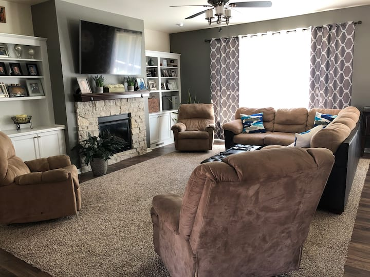 Entire house 4 bed/3 bath w/hot tub