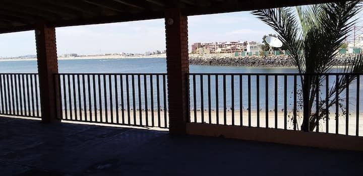 Casa en el puerto, frente al mar.