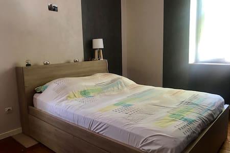 Chambre spacieuse à 20 mn de Lyon dans l'Ain