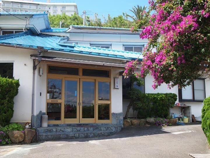 Female dormitory close to beach! Free hot springs!