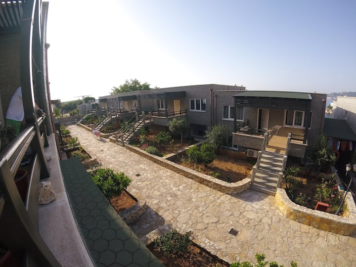 Two-bedroom house with Pool & Free  Parking
