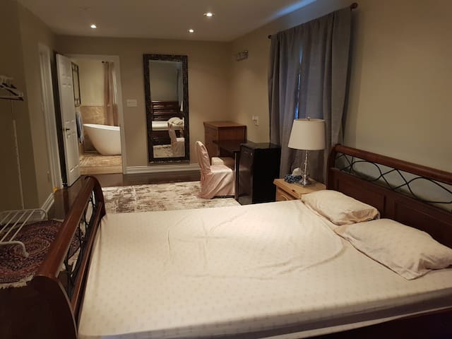 Spacious private bedroom+washroom near Erindale Go