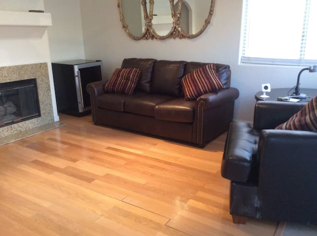 Charming Cozy 3BD 2 BA minutes from everything