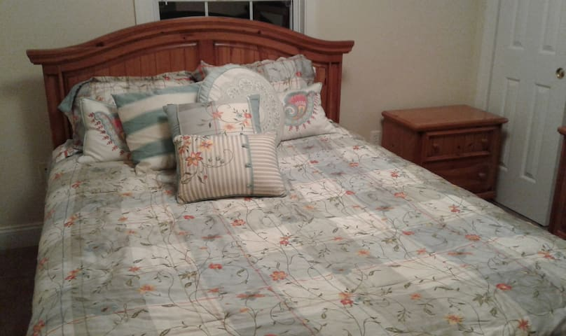 Nice Bedroom and Bathroom Available - Christiansburg - Ev