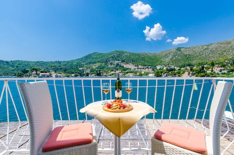 Quiet and relaxing seafront apartment Lucija