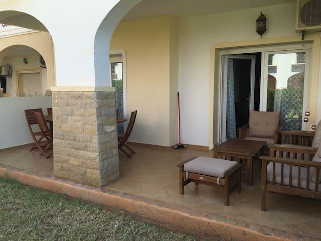 La terrasse avec salon de jardin et table à manger, pour profiter du soleil !