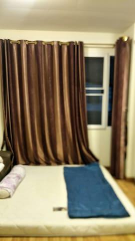 ห้องนอนด้านบน ห้องกว้าง นอนได้ 2-3 ท่าน