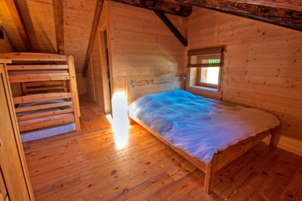 Grande chambre très confortable, pouvant accueillir quatre voyageurs. Équipée d'une grande salle de bain, elle offre une belle vue sur la vallée.