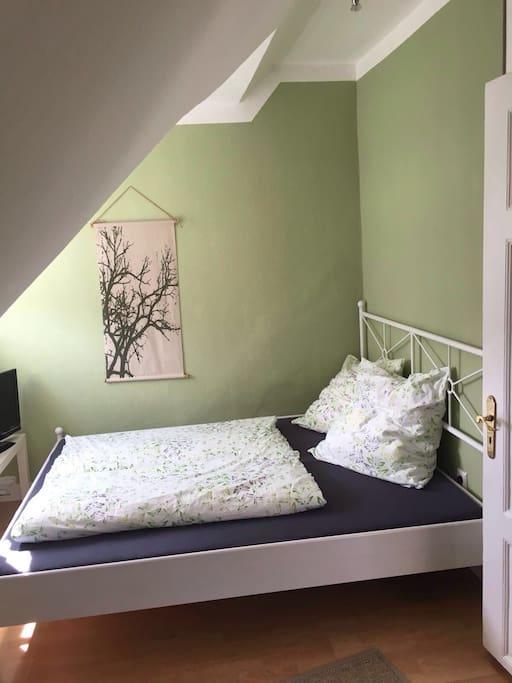 Schlafzimmer mit 160cm Bett und zweitem TV