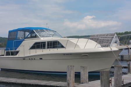 38' Classic Chris Craft Motor Yacht / Betsie Bay