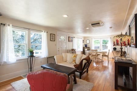 Sunny Cozy 2BR Farmhouse - Lakewood - House