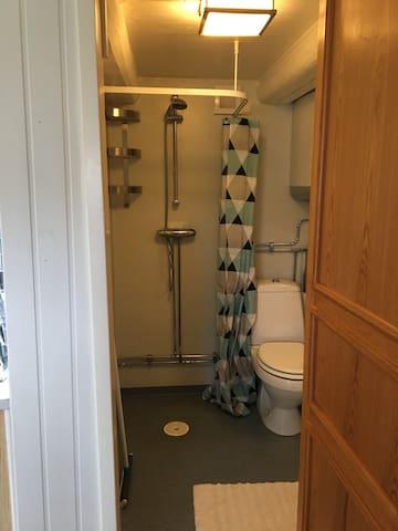 Badrum med fungerande tvättmaskin