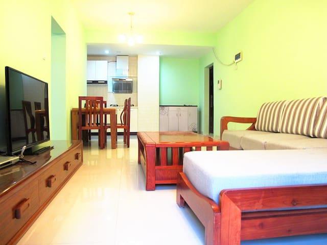 大东海高级海景大阳台二房一厅一厨一卫独立套房,冰箱洗衣机设施齐全,离海滩步行2分钟到达