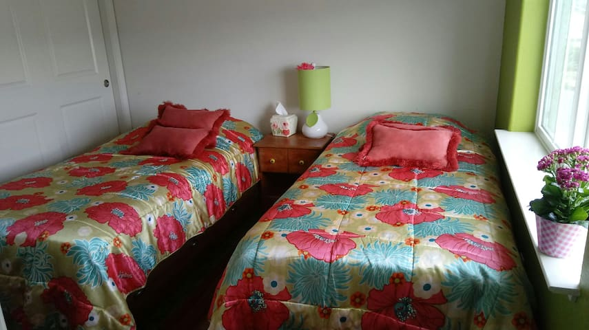 Cute colorful ,2 twin bed ,cozy room. - Morgan Hill - Apartamento