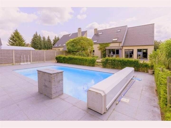 Appartement met jacuzzi en zwembad.