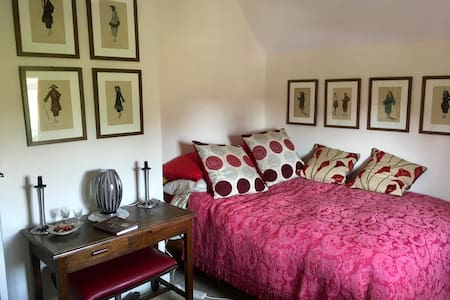 Cosy double, plus single room, in artists cottage