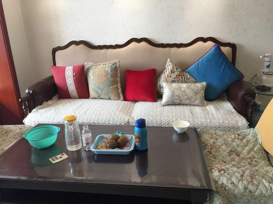 实木的沙发和茶几,美观上档次