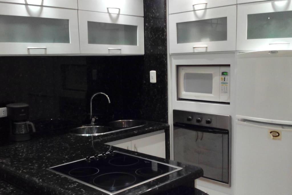 Cocina equipada con cafetera, licuadora, tostador de arepas, platos, vasos, cubiertos y copas para 6 personas