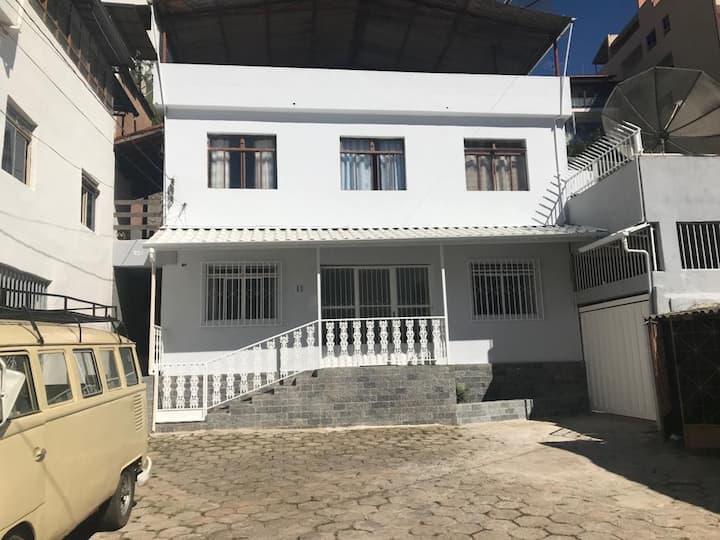 Quarto em casa de Vila, rua pacata no centro.
