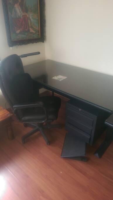 Στο ενα υπνοδωματιο ειπαρχει και μεγαλο γραφειο.