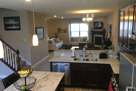 Luxurious Townhome for Super Bowl 2018 - Brooklyn Park - 连栋住宅