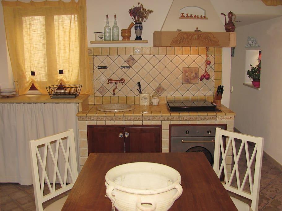 Frontal sight of the kitchen - Visione frontale della cucina e della sala da pranzo