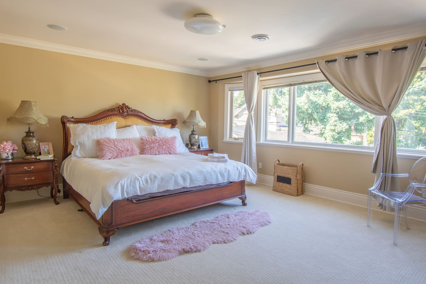 King Master Bedroom !with ensuite, TV and plenty of space