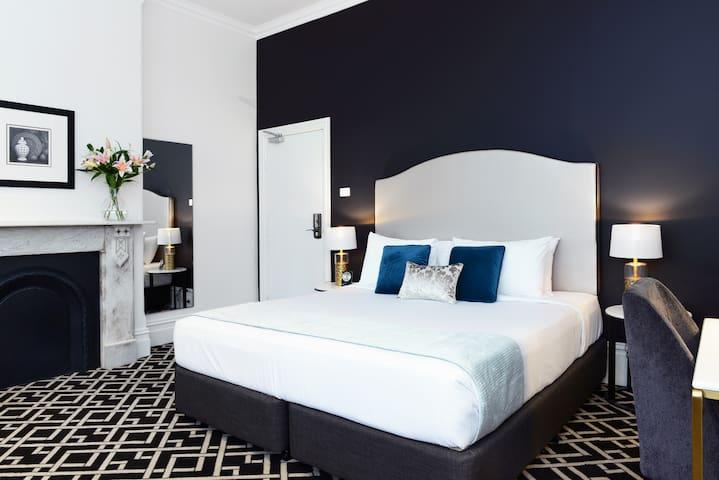 High Cross Park Lodge - King Room for 4