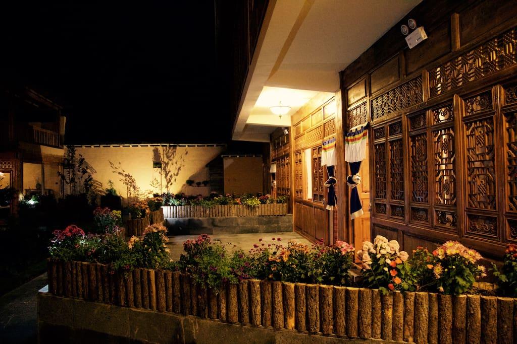 花园大床房-庭院,价格为:380元/晚