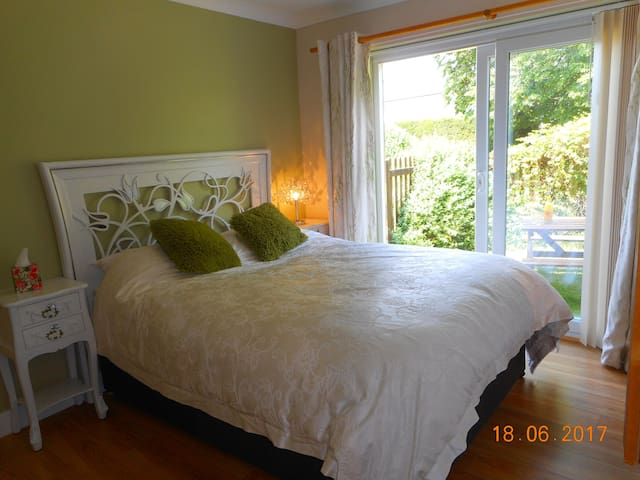 bedroom 1 ensuite,double bed