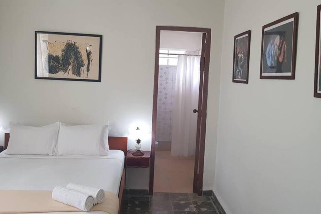 Habitación 1.  1 cama full size con baño privado, capacidad máxima 2 pax.