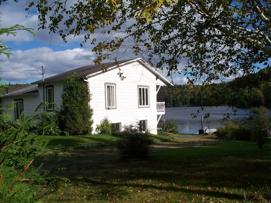 The cottage and its yard with direct lake access (from right)