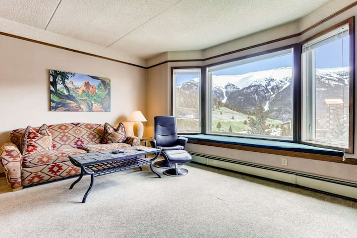 Stunning SKY Chute Views! Hot Tub, 5 Minutes From Center Village Lifts and Bars- Bike and Ski Locker