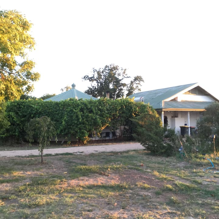 Oxley Station  Comfortable, semi rural property.