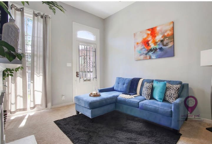 Steps from Magazine! IDEAL Uptown Pad!