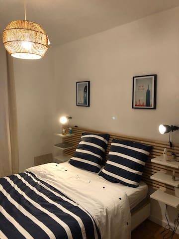 Chambre 1 avec lit très confortable (Matelat et sur matelas )dimension 140 pour deux personnes .